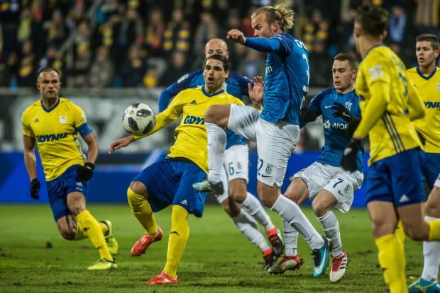 Podstawowi napastnicy obu drużyny: Ruben Jurado i Christian Gytkjaer (w środku zdjęcia) mieli niewiele możliwości w ofensywie, gdyż obie drużyny nastawiły się przede wszystkim na to, by gola nie stracić.