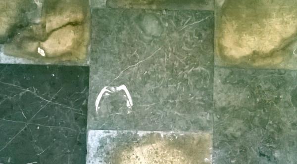 Kościół św. Bartłomieja. Biały kształt pośrodku zdjęcia to przekrój przez skamieniałą muszlę małża sprzed około 375 milionów lat.