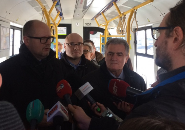 Paweł Adamowicz ogłasza, że od 1 lipca gdańszczanie w wieku do 18 lat będą korzystać z komunikacji miejskiej za darmo.