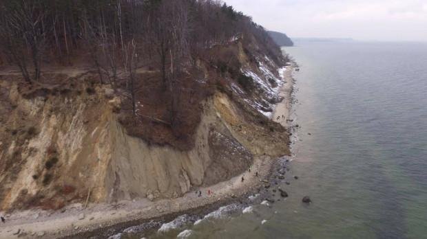 """Zdjęcia klifu w Orłowie po zarwaniu wykonane kilkadziesiąt minut po zdarzeniu przez dron ze sklepu <b><a target=""""_blank"""" href=""""https://megadron.pl/"""">MegaDron</a></b>, którego siedziba znajduje się przy ul. Morskiej w Gdyni. Na miejscu osunięcia nie znaleziono nikogo poszkodowanego."""
