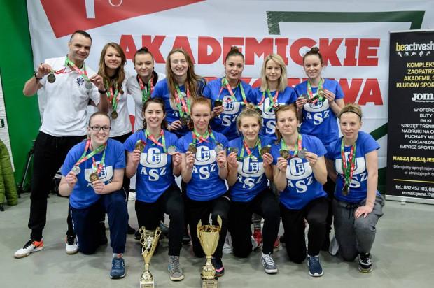 Futsalistki AZS UG z medalami i pucharami zdobytymi w Warszawie.