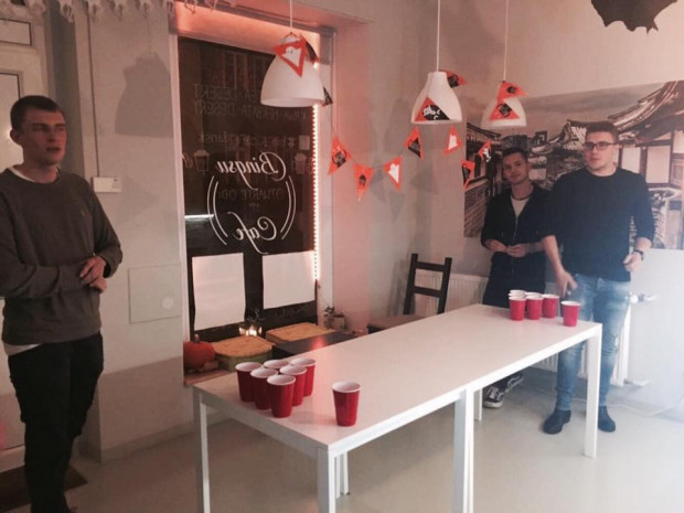 Do gry w beer ponga nie trzeba wiele: plastikowe kubeczki, piłeczka ping-pongowa i piwo. Dużo piwa.