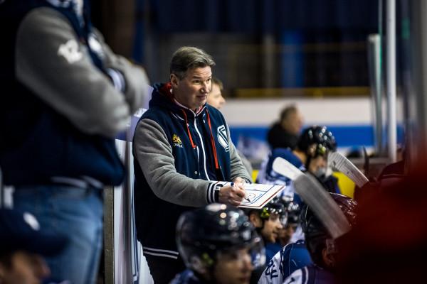 Sympatycy gdańskiego hokeja jeszcze niedawno byli gotowi nosić Andrieja Kowaliowa (na zdjęciu) na rękach. Dla Białorusina sezon kończy się jednak niepowodzeniem. Teraz trzeba bronić się przed klęską.