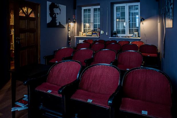 """""""Seans filmowy w ciemno"""" to nowy pomysł właścicieli kawiarni filmowej """"W starym kadrze"""" skierowany do tych widzów, którzy lubią być zaskakiwani tuż przed rozpoczęciem projekcji. Dopiero wtedy uczestnicy dowiedzą się, jaki film za chwilę obejrzą."""