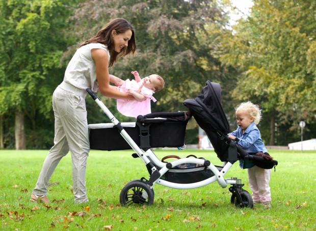 Wielodzietni mogą natomiast liczyć na wózki dla bliźniaków i trojaczków albo wersje z podestami dla starszego rodzeństwa. Tutaj wózek dwuosobowy.