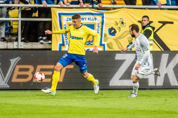 W Lubinie Arka Gdynia straciła nie tylko 8. miejsce w ekstraklasie, ale także dwóch piłkarzy. Damian Zbozień (z piłką) i Patryk Kun z powodu nadmiary kartek nie będą mogli zagrać w najbliższej kolejce.