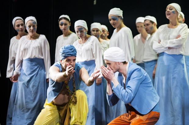 """Gest obmycia rąk i """"podzielenia się"""" wodą towarzyszy bohaterom """"Poławiaczy pereł"""" Bizeta w Operze Bałtyckiej właściwie od początku spektaklu, szybko jednak zmieni swoje znaczenie. Na pierwszym planie Nikola Mijailović (Zurga) i Zbigniew Malak (Nadir, po prawej)."""