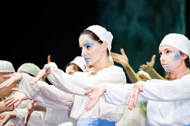 Oprócz solistów silną kreację zbiorową społeczności poławiaczy pereł przygotował bardzo dobrze dysponowany Chór Opery Bałtyckiej.