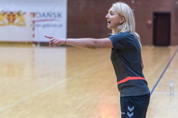 Edyta Majdzińska, była trenerka AZS Łączpol AWFiS Gdańsk, która obecnie prowadzi KPR Gmnia Kobierzyca, wskazała swoim podopiecznym drogę do sensacji w Gdyni.