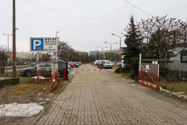 Wjazd na parking, gdzie może powstać zabudowa do 40 metrów.