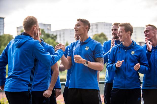 """13 sierpnia ubiegłego roku w trakcie meczu z Górnikiem Zabrze Tadeusz Socha (drugi z prawej) doznał wstrząśnienia mózgu i stracił miejsce w """"11"""" na rzecz Damiana Zbozienia (drugi z lewej). Dopiero w środę może nastąpić zmiana powrotna."""