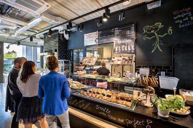 Olivia Business Centre. Kawa lub małe zakupy w czasie pracy. Dzięki lokalom usługowym w kompleksach biurowych tętni życie.