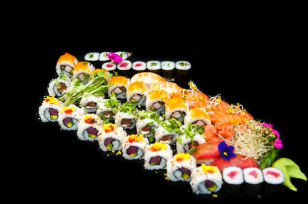 Sushi party mix przeznaczone jest dla większej grupy osób. Gekkou (na zdjęciu) to aż 42 szt. pysznego sushi.