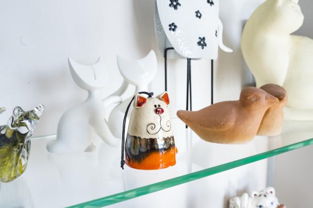 Ważnym aspektem wnętrza są koty - właściciele kolekcjonują figurki i grafiki z kocim akcentem.
