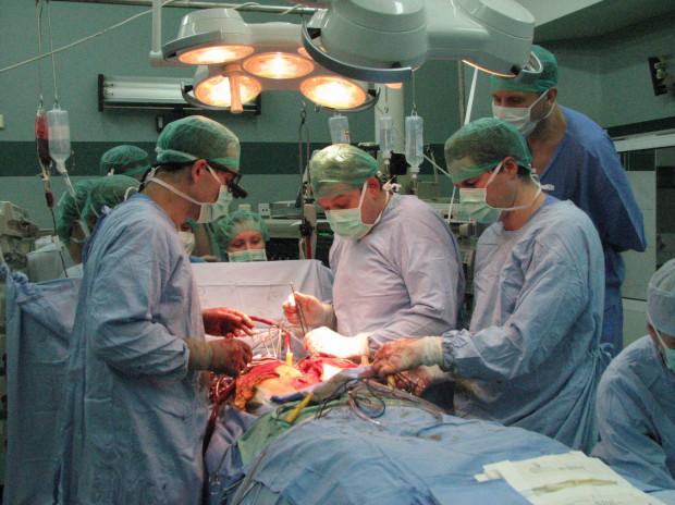 W Uniwersyteckim Centrum Klinicznym wykonano dotychczas 50 przeszczepów serca. Na zdj. dr Grzegorz Religa, dr hab. med. Piotr Siondalski i dr hab. med. Rafał Pawlaczyk podczas jednej z takich operacji (2016 rok).