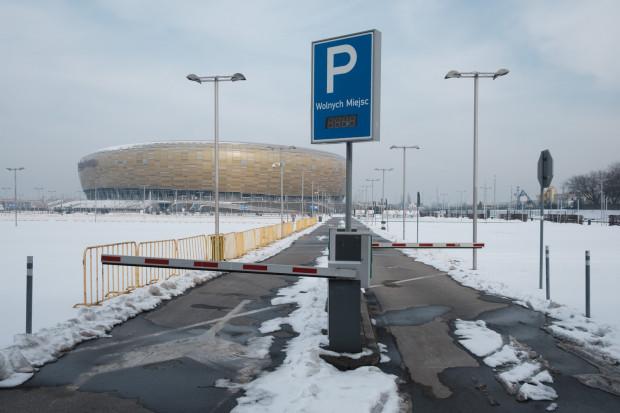 Wkrótce szlabany na wjazdach na parkingi przy stadionie znikną, co ma zlikwidować korki i usprawnić parkowanie.