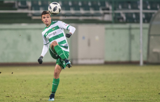 W tym roku Patryk Lipski grał tylko w meczach sparingowych. Na zdjęciu podczas starcia z I-ligową Chojniczanką.