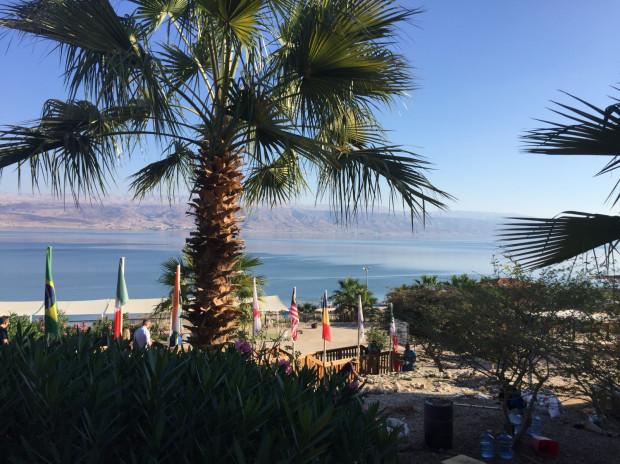 Morze Martwe, czyli najniżej położony i najbardziej zasolony akwen na świecie. Widok w kierunku granicy z Jordanią.