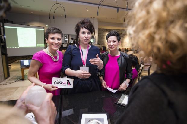 Reprezentantki Fundacji OmeaLife chętnie dzieliły się z zebranymi gośćmi radami na temat profilaktyki związanej z rakiem piersi.