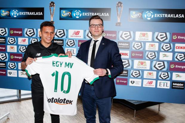 Egy Maulana Vikri zaprezentowany został z koszulką z numerem 10. Przypomnijmy, że obecnie z tym numerem gra w Lechii Sebastian Mila. Na zdjęciu także dyrektor sportowy biało-zielonych, Janusz Melaniuk.