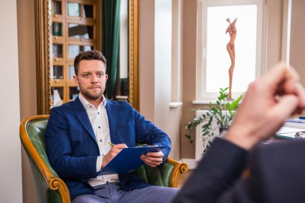 - Polscy pacjenci często mają problem z nazywaniem swoich zachowań czy obaw po imieniu. Moim priorytetem jest zapewnienie poczucia bezpieczeństwa i zaufania - mówi lek. Paweł Jakubowski.