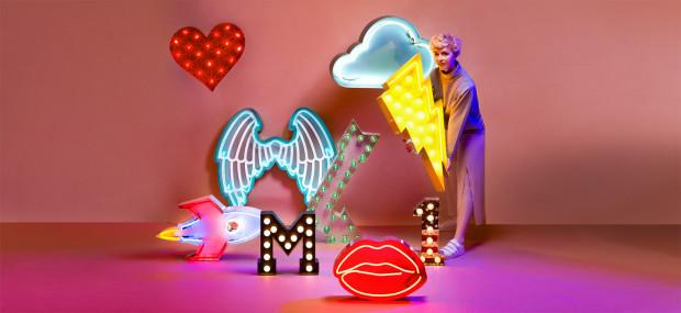 Różnokolorowe neony to także silny trend w przestrzeniach luksusowych.