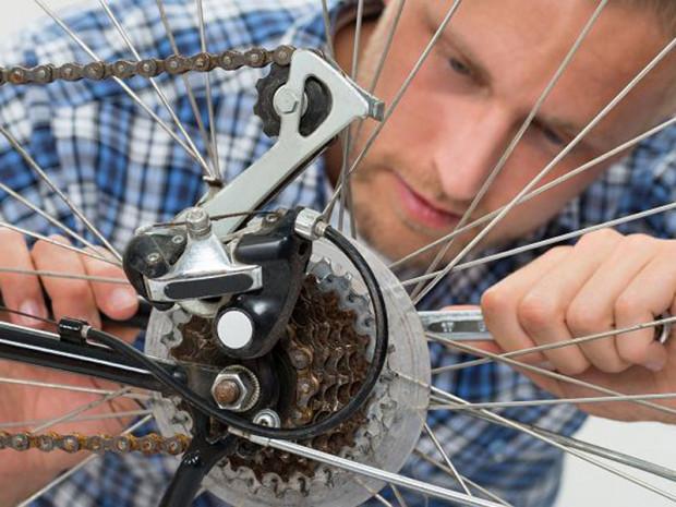 Proste czynności przygotowujące rower do sezonu wiosennego pozwolą cieszyć się bezpieczną jazdą.