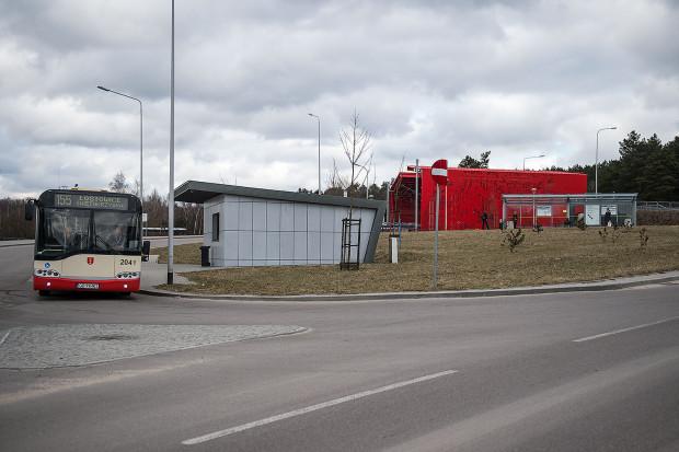 Pasażerom trudno przesiadać się z PKM-ki na autobus miejski.