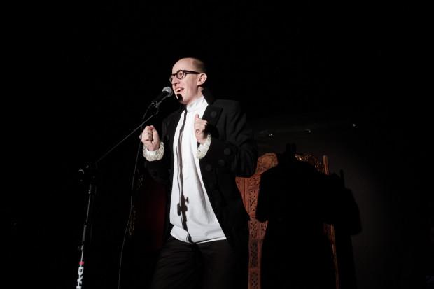 Jednym z najjaśniejszych punktów widowiska jest Marek Sadowski - autor zarówno wierszy jak i piosenek, które brawurowo wykonuje z pomocą pozostałych aktorów Kabaretu.
