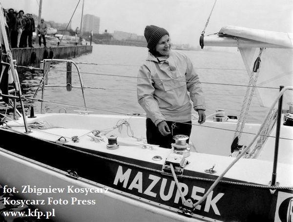 """Symboliczne wypłynięcie kpt. Krystyny Chojnowskiej-Liskiewicz w rejs z Gdyni. W rzeczywistości, jej jacht Mazurek popłynął na Wyspy Kanaryjskie na pokładzie m/s """"Brodnica"""" i dopiero stamtąd rozpoczął się rejs dookoła świata."""