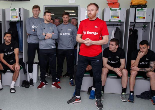 Piotr Stokowiec do szatni Lechii Gdańsk wszedł z trzema współpracownikami (od lewej): Jarosławem Bako, Łukaszem Smolarowem i Mariuszem Szymkiewiczem, choć w poprzednich klubach oprócz nich miał wsparcie również psychologa.