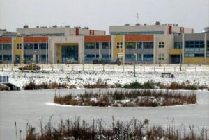 Szkoła na Ujeścisku jest nowa, kolorowa i ma doskonałą infrastrukturę. Co z tego, jeśli dzieci jest tyle, że uczą się tu na trzy zmiany?
