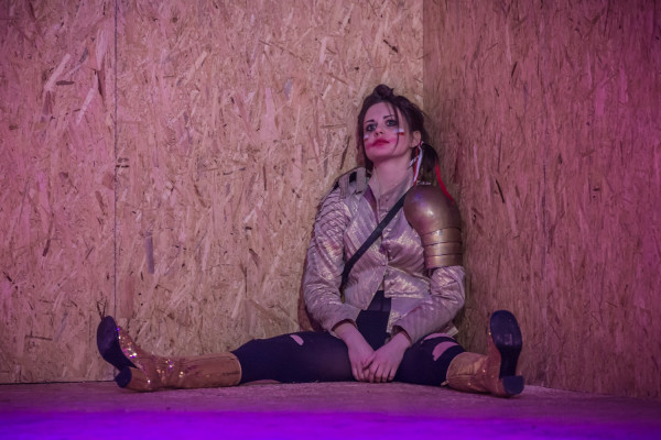 """Agata Woźnicka w """"Śmierci białej pończochy"""" zadebiutowała na deskach Teatru Wybrzeże. Aktorka w rolach Wilhelma i Szpiegini właściwie nie ma szans się wykazać - przez większość czasu jest po prostu obecna na scenie, czasem coś śpiewa."""