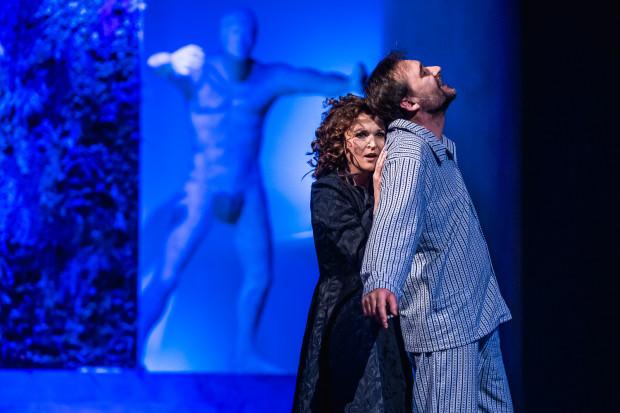 Relacja Mistrza (Grzegorz Wolf) i Małgorzaty (Agnieszka Bała) w spektaklu Teatru Miejskiego w Gdyni prowadzona jest w konwencji romantycznej miłości.
