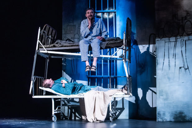 """Jednak to sceny """"szpitalne"""" z Iwanem Bezdomnym w wykonaniu Rafała Kowala (na dole), najlepszego aktora spektaklu, podczas rozmów m.in. z Mistrzem (Grzegorz Wolf, u góry) są najlepszym wątkiem przedstawienia."""