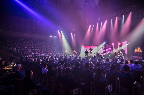 """Wiosenna, """"bezprądowa"""" trasa Kultu to tradycja, którą publiczność chętnie kultywuje, czego dowodem była tak liczna frekwencja podczas sobotniego koncertu w Filharmonii Bałtyckiej."""