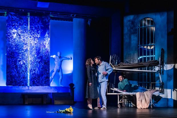 Pozornie chaotyczna scenografia Ewy Woźniak pozwala bohaterom współistnieć na scenie bez zmian dekoracji.