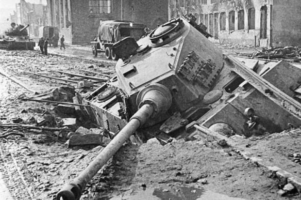 """Niemiecki PzKpfw. VI B """"Königstiger"""" unieruchomiony na Długich Ogrodach."""
