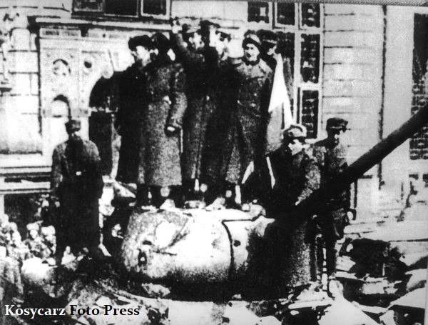 30 marca 1945 r. nacierającym wojskom sowieckim 2. Frontu Białoruskiego marszałka Konstantego Rokossowskiego, pod którego rozkazami znajdowała się też polska brygada pancerna im. Bohaterów Westerplatte, udało się ostatecznie wyprzeć siły niemieckiej 2. Armii, dowodzonej przez generała Dietricha von Saucken, ze Śródmieścia w kierunku Stogów. Nz. zołnierze radzieccy i polscy na wieżyczce czołgu stojącego przed Dworem Artusa w Gdańsku.