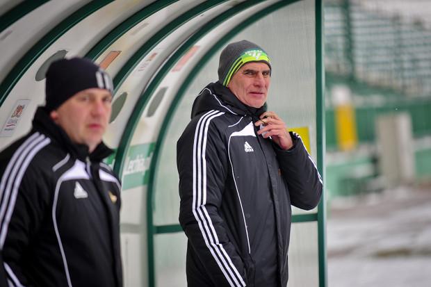 Trenerem, który w XXI wieku najdłużej w ekstraklasie wypatrywał zwycięstwa Lechii Gdańsk, był Paweł Janas. Udało mu się je odnieść za siódmym podejściem. Na zdjęciu z asystentem - Tomaszem Borkowskim.