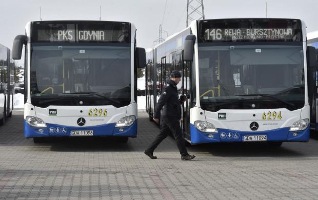 Ci, którzy planują podróże komunikacją miejską w święta, powinni sprawdzić rozkład jazdy. Kursów będzie wtedy mniej.