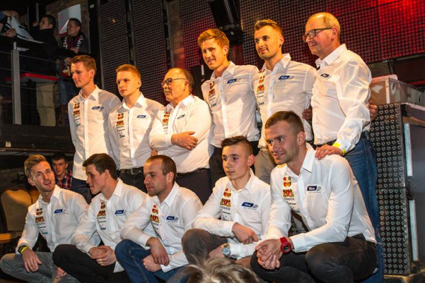 Mikkel Michelsen (drugi z prawej w górnym rzędzie) wierzy, że dobra atmosfera w zespole pomoże daleko zajść żużlowcom Zdunek Wybrzeża