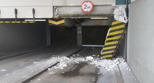 Zarwany strop wjazdu na podziemny parking hipermarketu Auchan ma zostać naprawiony jeszcze w środę.