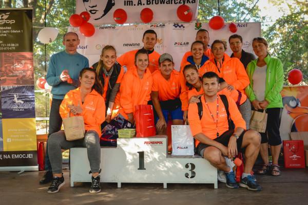 Kamil Sośniak (na podium nr 3) razem z ekipą organizującą Biegowe Grand Prix Dzielnic Gdańska.