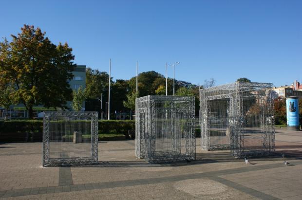 Na początku instalacja stała na placu we Wrzeszczu, ale po renowacji przeniesiono ją do parku Millenium.