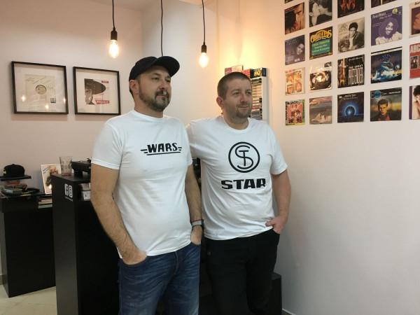 Właściciele sklepu Używana Muzyka - Adam Pokorny (z lewej) i Przemysław Czapiewski.