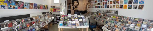 Sklep Używana Muzyka w Gdyni ma bogatą ofertę z płytami winylowymi, kompaktami czy sprzętem muzycznym, sprowadzanymi głównie z zachodu Europy.