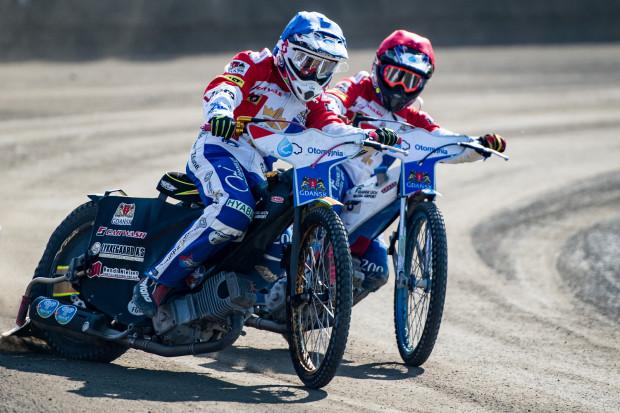 Miejsca po prawej stronie kombinezonu i motocykla są zdecydowanie lepiej widoczne przez kibiców i wyraźniej eksponowane na zdjęciach czy w transmisji telewizyjnej. Na pierwszym planie Anders Thomsen.