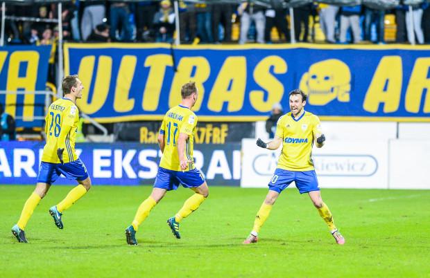 Andrij Bogdanow (pierwszy z prawej) po strzeleniu zwycięskiego gola dla Arki Gdynia. Z gratulacjami biegną: Adam Marciniak (nr 17) i Frederik Helstrup (28).
