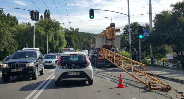 Na brawurowe zachowanie kierującego ciężarówką inni kierowcy zwrócili uwagę już w Gdańsku. W Gdyni zbyt duża pewność siebie zakończyła się pod wiaduktem przy Wielkopolskiej.